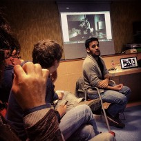 Samuel Aranda comentando sus proyecciones en la sala de conferencias Centro San José, mayo 2013.